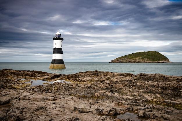 Farol perto da ilha puffin no país de gales