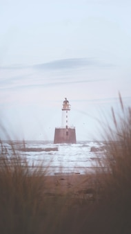 Farol rattray head na costa de aberdeenshire, escócia