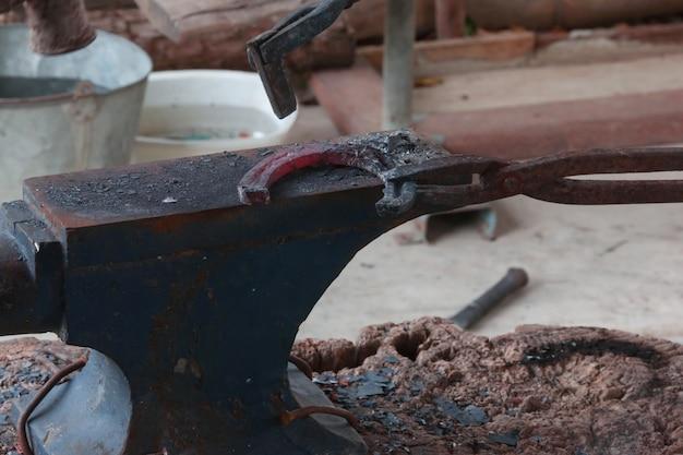 Farrier fazendo ferradura pelo estilo antigo
