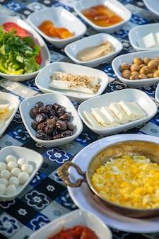 Farto e delicioso café da manhã turco na mesa