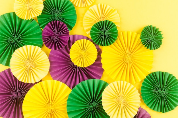 Fãs de carnaval colorido na mesa amarela