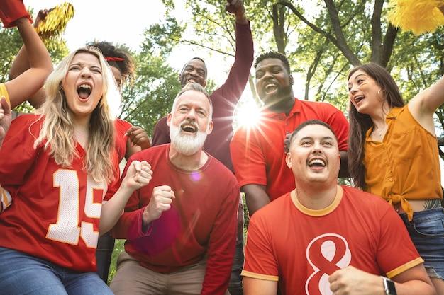Fãs de futebol comemorando a vitória de seu time em uma festa ao ar livre