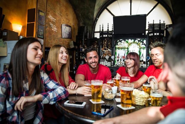 Fãs de futebol em um pub