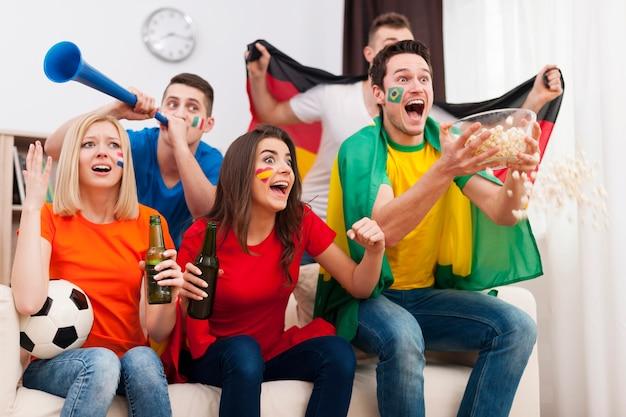 Fãs de futebol loucos durante a partida de futebol