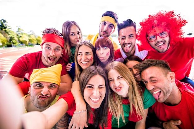 Fãs de futebol tomando selfie em um estádio