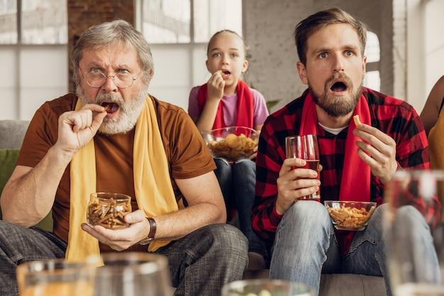 Fãs emocionados torcendo pelo time favorito. esporte, tv, campeonato.