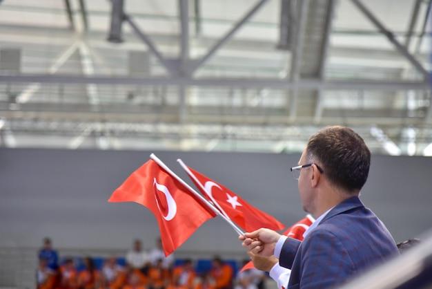 Fãs turcos com bandeiras em um evento esportivo