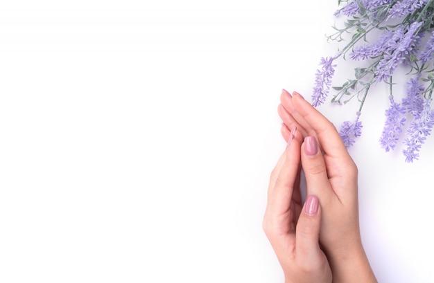 Fashionrt retrato mulher flores na mão com uma maquiagem brilhante e contrastante.