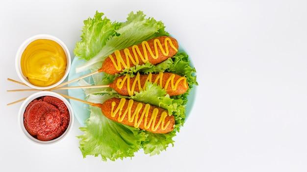 Fast-food americano. salsicha empanada . copie o espaço, vista superior
