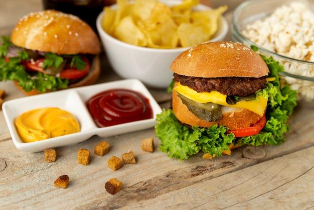 Fast-food close-up em fundo de madeira