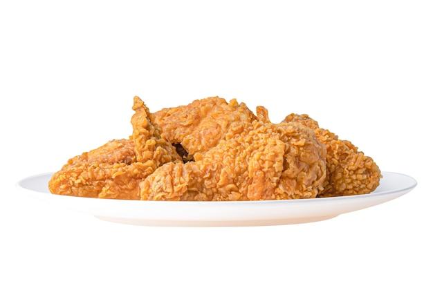 Fast-food de frango frito no prato branco, isolado no fundo branco.