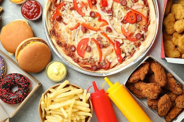 Fast food diferente em mesa de textura cinza