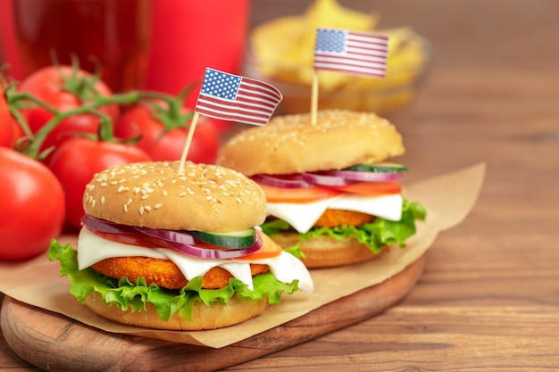 Fast food, hambúrguer caseiro em um fundo de madeira