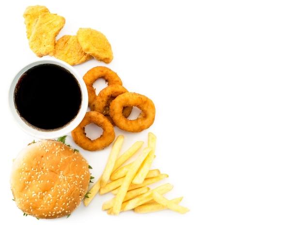 Fast food, lugar para texto. hambúrguer, batata frita, bebida e pepitas vista superior.