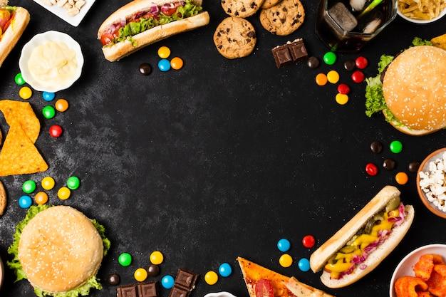 Fast-food na ardósia preta com espaço de cópia