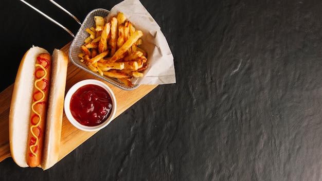 Fast food na placa de madeira e espaço à direita