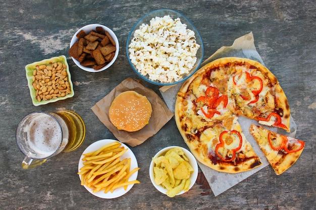 Fast-food na superfície de madeira velha. conceito de junk eating. vista do topo.