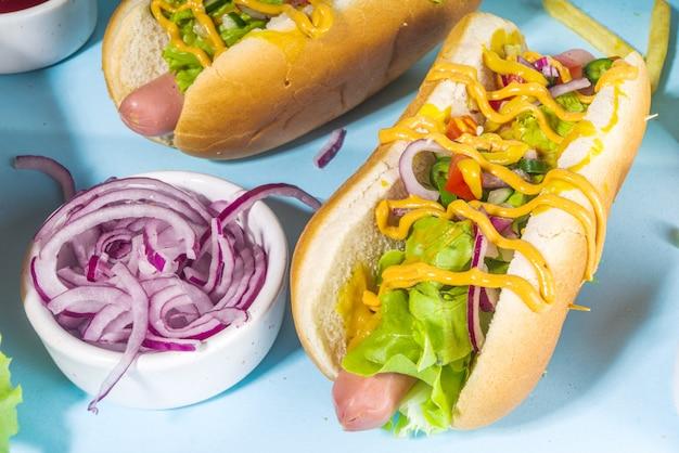 Fastfood grelhada no churrasco, vários cachorros-quentes tradicionais americanos com salsicha