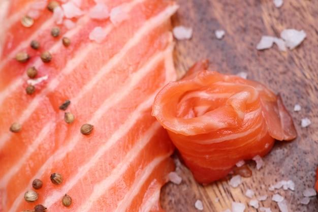 Fatia crua de salmão