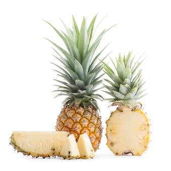 Fatia de abacaxi de frutas tropicais cortada natural isolado no branco. com traçado de recorte