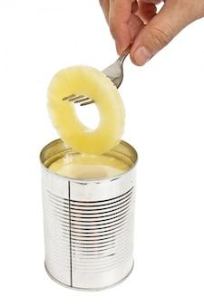 Fatia de abacaxi em um garfo isolado no fundo branco