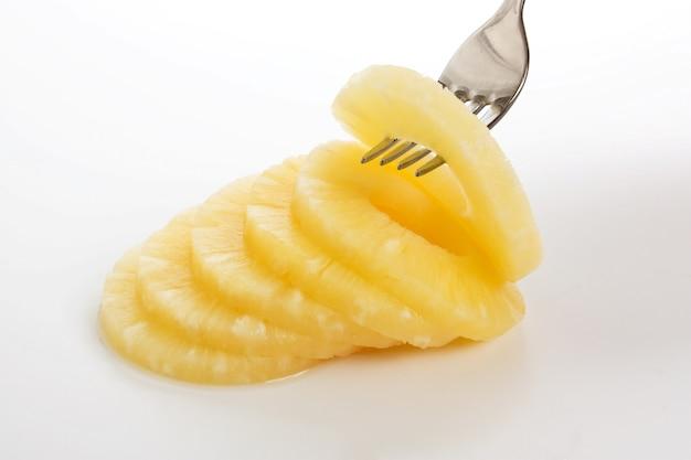 Fatia de abacaxi em um garfo
