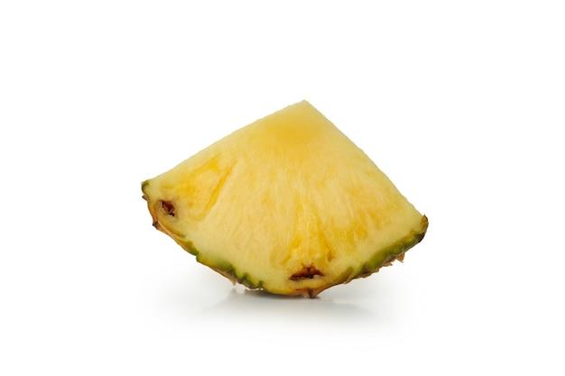 Fatia de abacaxi maduro isolada no fundo branco