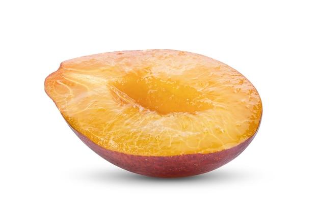 Fatia de ameixa ou ameixa isolada em um fundo branco