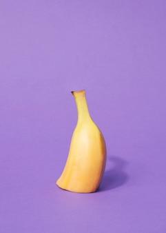 Fatia de banana orgânica vista frontal com espaço de cópia