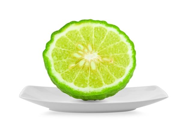 Fatia de bergamota isolada em fundo branco