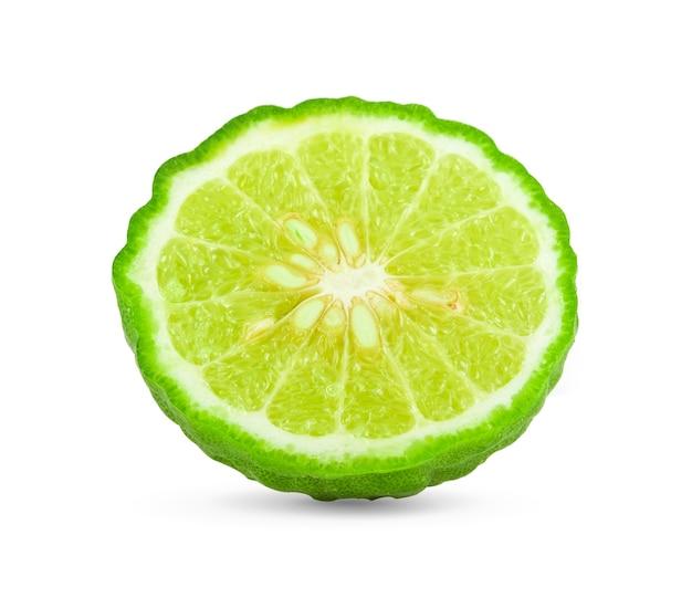 Fatia de bergamota isolada no espaço em branco