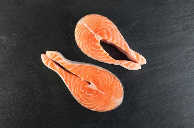 Fatia de bife de salmão rosa cru