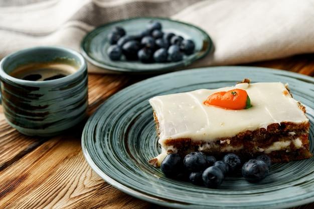 Fatia de bolo de cenoura no prato verde