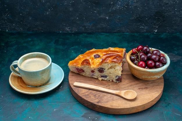 Fatia de bolo de cereja com cerejas frescas e leite no escuro