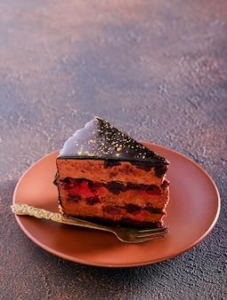 Fatia de bolo de cereja em camadas de chocolate