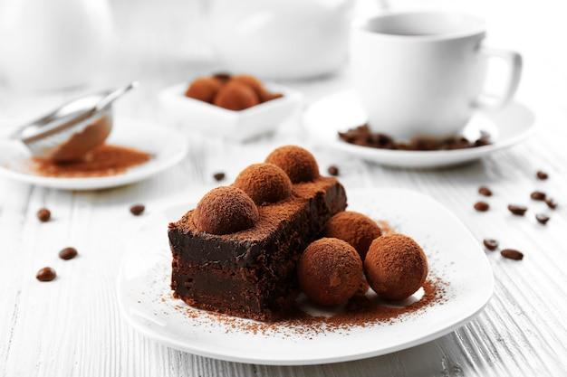 Fatia de bolo de chocolate com uma trufa no prato closeup