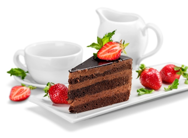 Fatia de bolo de chocolate delicioso sobre branco (com texto de exemplo)