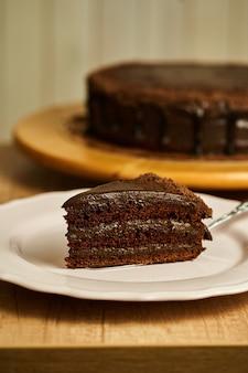 Fatia de bolo de chocolate no prato.