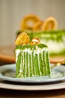Fatia de bolo de espinafre no prato