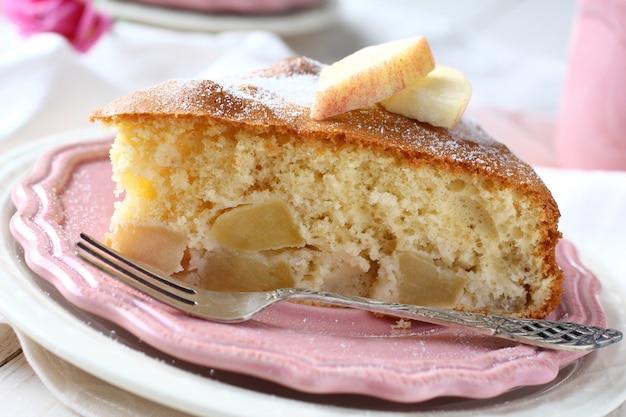 Fatia de bolo de maçã caseiro na placa-de-rosa