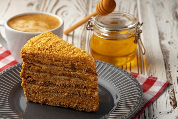 Fatia de bolo de mel em camadas no prato