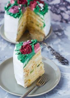 Fatia de bolo de menina leitosa decorado folhas verdes e flores alvas, bolo decorado como buquê de flores, decoração de bolo de primavera