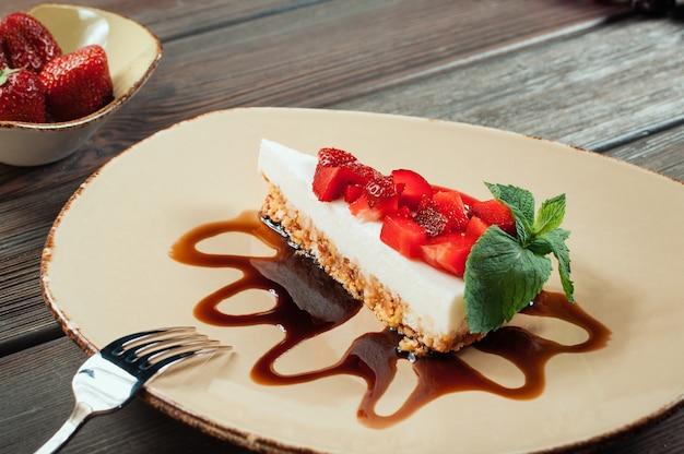 Fatia de bolo de morango, foco seletivo