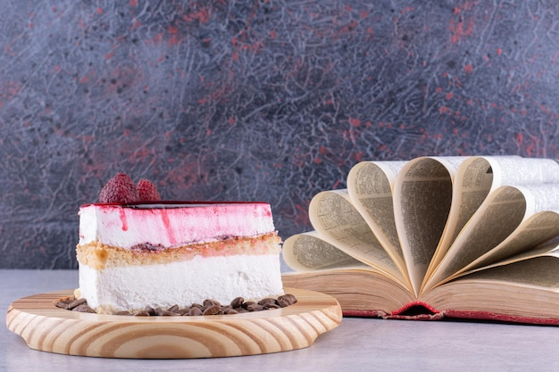 Fatia de bolo de queijo com grãos de café e livro. foto de alta qualidade