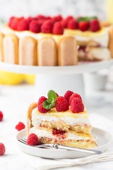 Fatia de bolo de tiramisu de framboesa em um prato branco