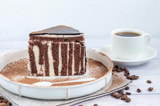 Fatia de bolo de zebra com cobertura de chocolate.