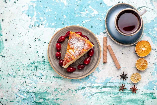 Fatia de bolo delicioso com xícara de chá no bolo de parede azul
