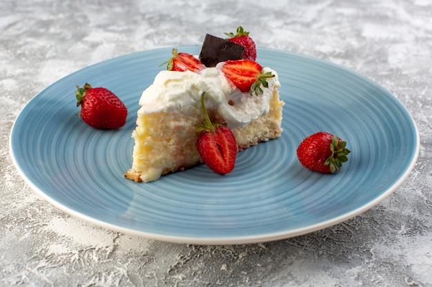 Fatia de bolo delicioso vista frontal perto dentro da placa azul com creme e morangos