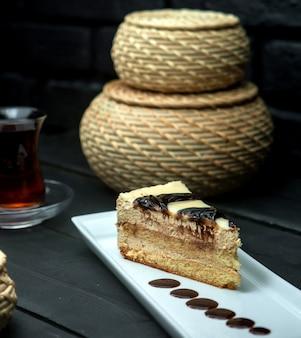 Fatia de bolo doce com manchas de chocolate