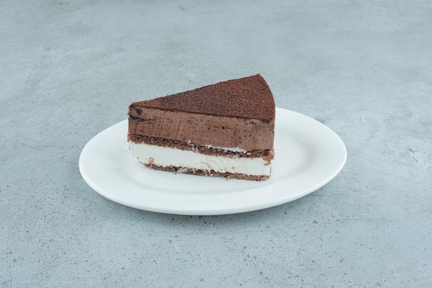 Fatia de bolo gostoso na chapa branca. foto de alta qualidade